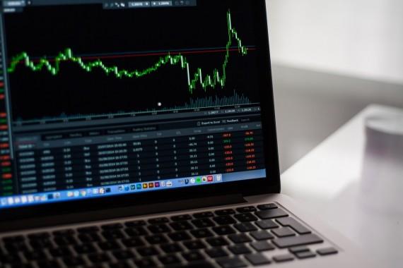 kompiuteris su akcijų kainomis