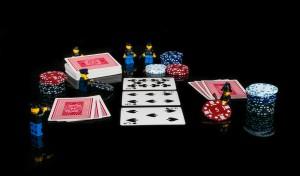 lego žmogeliukai žaidžia pokerį