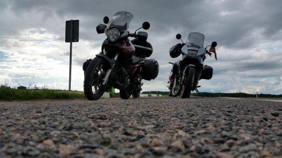 Motociklai autobusų stotelėj