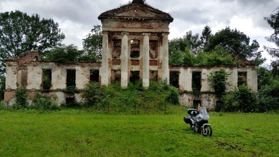 Onuškio dvaro griuvėsiai ir motociklas